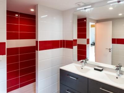 salle de bain juste en face de la chambre
